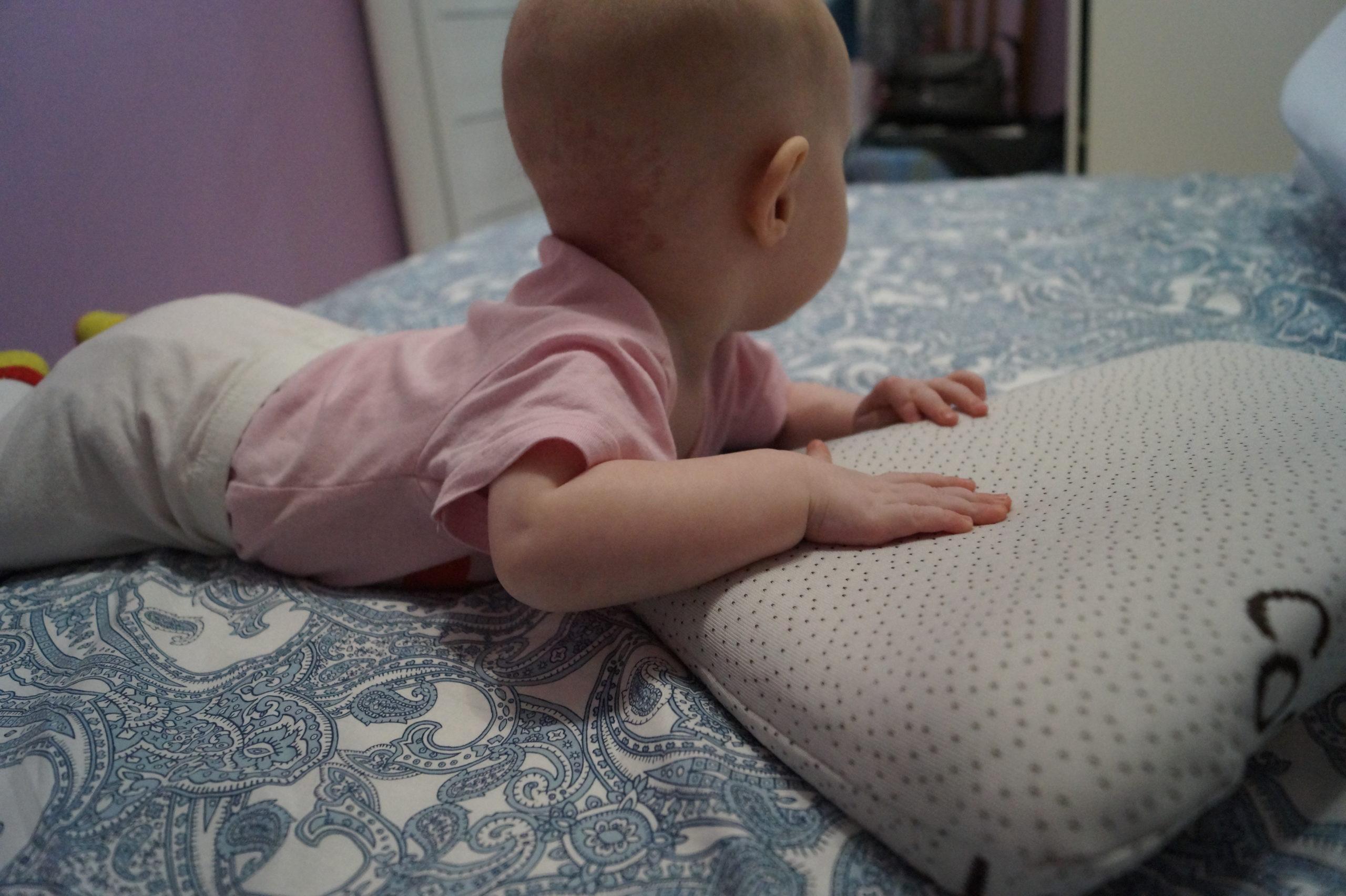 Для чего нужна ортопедическая подушка для новорожденных